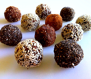 http://thehealthyfamilyandhome.com/crunchy-raw-protein-balls/
